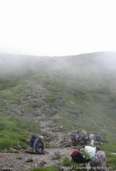 ザラ峠で憩う登山者